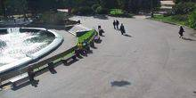 Webcam Moscow - Holidaymakers on benches near the fountain in Sokolniki